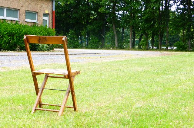 """Nanu... Was macht denn der Klappstuhl auf der Festzeltwiese hinter der Bürgerhalle ?? Hat den etwas ein Königsbewerber dort vergessen? Nach dem """"Probe-Sitzen"""" ?"""