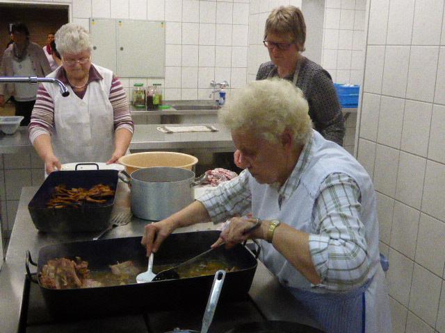 Kochfrau, Frau Hülsken, mit ihrem Team