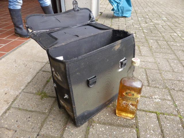 """Fund des Tages: eine Fahrradtasche mit einer Butterbrotsdose (Brot mit """"Schimmelkäse"""") sowie einer Flasche Schnaps"""